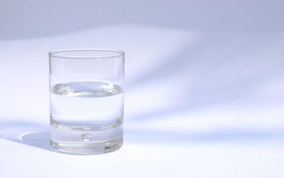Krystaliczna woda z minerałami